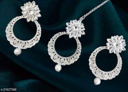 Feminine Glittering Earrings and maangtika
