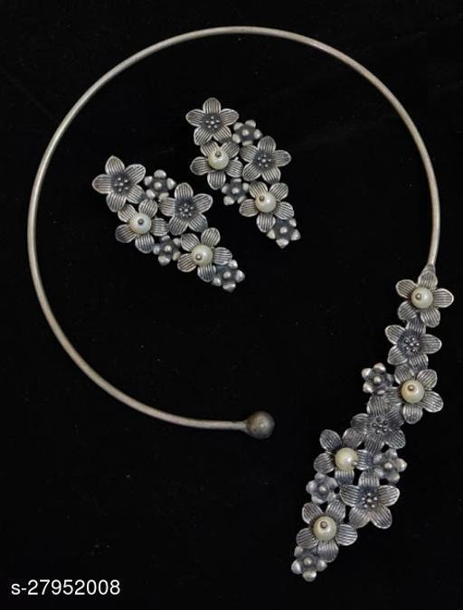 Strigehne Hasli Flower Necklace with Earrings
